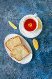 Plakken van eigengemaakte die het zaadcake van de citroenpapaver op een witte plaat wordt gediend Royalty-vrije Stock Foto's