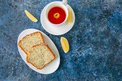 Plakken van eigengemaakte die het zaadcake van de citroenpapaver op een witte plaat wordt gediend Stock Fotografie
