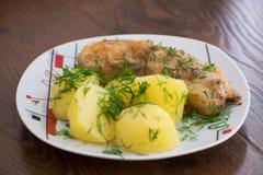Plakken van geroosterde overzeese baarzen met gekookte aardappels op de plaat stock fotografie