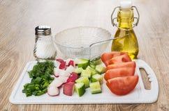 Plakken van groenten, greens op scherpe raad, kom, plantaardig o royalty-vrije stock foto