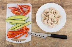 Plakken van groenten op scherpe raad, gekookt kippenvlees stock foto