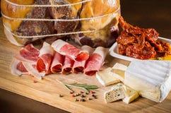 Plakken van ham Plakken van vlees Verschillende soorten vlees op houten Stock Afbeelding