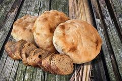 Plakken van het Baguette de Integrale Brood met Pita Bread Loafs op oud Hout Royalty-vrije Stock Fotografie