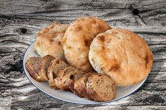 Plakken van het Baguette de Integrale Brood met Pita Bread Loafs op oud Hout Stock Fotografie