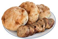 Plakken van het Baguette de Integrale Brood met Pita Bread Loafs op Witte Pl Royalty-vrije Stock Fotografie