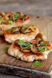 Plakken van het geroosterde vlees van Turkije Fried Turkey-lapjes vlees met kaas en paddestoelen op een hakbord en een oude houte stock foto