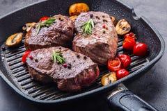 Plakken van het lapje vlees van het lendestukrundvlees op vleesvork op concrete achtergrond Royalty-vrije Stock Afbeelding