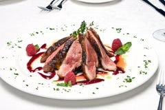 Plakken van het rundvleesvlees op een schotel Royalty-vrije Stock Fotografie