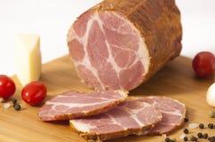 Plakken van hickory gerookte varkensvleesham - Dimljeni Suvi vrat stock afbeeldingen