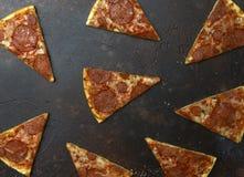 Plakken van Italiaanse pizzapepperonis op donkere steenachtergrond stock afbeelding