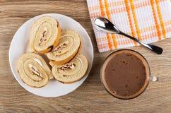 Plakken van koninginnenbrood in plaat, lepel op servet, cacao met melk in kop op houten lijst Hoogste mening stock fotografie