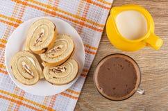 Plakken van koninginnenbrood in plaat op servet, kruik melk, cacao met melk in kop op lijst Hoogste mening royalty-vrije stock afbeelding