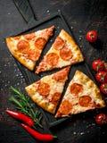 Plakken van pepperonispizza met Spaanse peper, rozemarijn en kersentomaten royalty-vrije stock foto's