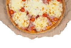 Plakken van pizza op document witte achtergrond Royalty-vrije Stock Afbeeldingen