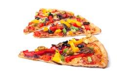 Plakken van plantaardige pizza Stock Foto's
