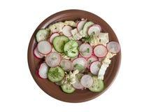 Plakken van radijs in een salade stock foto