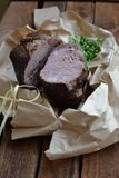 Plakken van rundvlees met greens stock fotografie