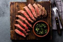 Plakken van rundvlees middelgroot zeldzaam lapje vlees op houten raad, glas rode wijn royalty-vrije stock fotografie