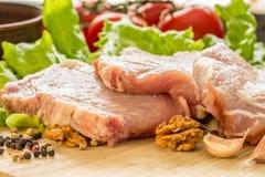 Plakken van ruw vlees Varkensvlees escalope op een houten raad Stock Afbeeldingen