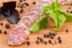 Plakken van salami, basilicum en peper Stock Afbeelding