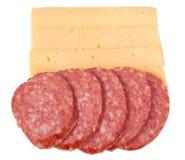 Plakken van salami met kaas op een witte achtergrond Stock Foto's