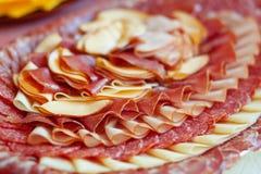 Plakken van salami op een plaat Royalty-vrije Stock Afbeeldingen