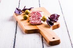 Plakken van salami op een scherpe raad Royalty-vrije Stock Fotografie