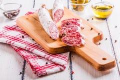 Plakken van salami op een scherpe raad Royalty-vrije Stock Foto