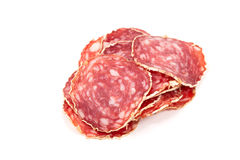 Plakken van salamiworst op een witte achtergrond Stock Fotografie