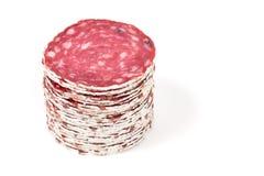 Plakken van salamiworst op een witte achtergrond Royalty-vrije Stock Afbeeldingen