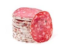 Plakken van salamiworst op een witte achtergrond Stock Foto