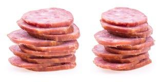 Plakken van salamiworsten op een witte achtergrond worden geïsoleerd die Royalty-vrije Stock Afbeeldingen
