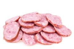 Plakken van salamiworsten op een witte achtergrond worden geïsoleerd die Stock Fotografie