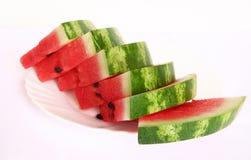 Plakken van sappige watermeloen die op een witte plaat worden gediend Stock Fotografie