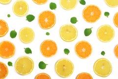 Plakken van sinaasappel of mandarijn en citroen met muntbladeren op witte achtergrond worden geïsoleerd die Vlak leg, hoogste men Stock Foto