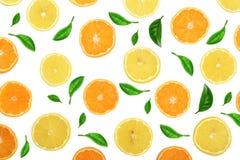 Plakken van sinaasappel of mandarijn en citroen met muntbladeren op witte achtergrond worden geïsoleerd die Vlak leg, hoogste men Royalty-vrije Stock Afbeeldingen