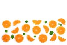 Plakken van sinaasappel of mandarijn met bladeren op witte achtergrond met exemplaarruimte worden geïsoleerd voor uw tekst die Vl Royalty-vrije Stock Foto's
