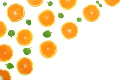 Plakken van sinaasappel of mandarijn met bladeren op witte achtergrond met exemplaarruimte worden geïsoleerd voor uw tekst die Vl Royalty-vrije Stock Foto