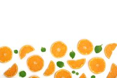 Plakken van sinaasappel of mandarijn met bladeren op witte achtergrond met exemplaarruimte worden geïsoleerd voor uw tekst die Vl Stock Foto