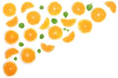 Plakken van sinaasappel of mandarijn met bladeren op witte achtergrond met exemplaarruimte worden geïsoleerd voor uw tekst die Vl Stock Foto's