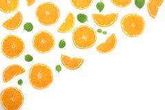 Plakken van sinaasappel of mandarijn met bladeren op witte achtergrond met exemplaarruimte worden geïsoleerd voor uw tekst die Vl Stock Fotografie