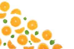 Plakken van sinaasappel of mandarijn met bladeren op witte achtergrond met exemplaarruimte worden geïsoleerd voor uw tekst die Vl Royalty-vrije Stock Fotografie