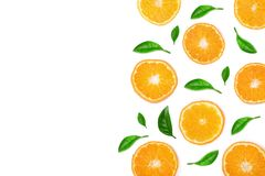Plakken van sinaasappel of mandarijn met bladeren op witte achtergrond met exemplaarruimte worden geïsoleerd voor uw tekst die Vl Royalty-vrije Stock Afbeelding