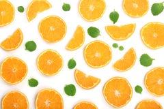 Plakken van sinaasappel of mandarijn met muntbladeren op witte achtergrond worden geïsoleerd die Vlak leg, hoogste mening Geïsole Stock Foto