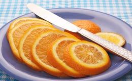Plakken van sinaasappel op een blauwe plaat. Royalty-vrije Stock Afbeeldingen