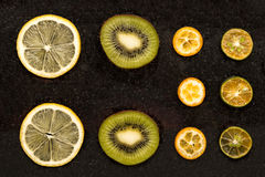 Plakken van sinaasappelen, citroen en kiwi Royalty-vrije Stock Foto's