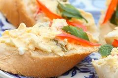 Plakken van Stokbrood met salade Stock Afbeeldingen