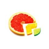 Plakken van verse citrusvruchten die op wit worden geïsoleerdv Stock Afbeelding