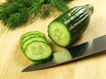 Snijdende komkommer Stock Fotografie