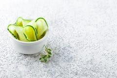 plakken van verse komkommers Stock Afbeeldingen